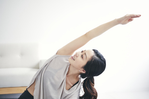 室内で運動する女性の写真素材 [FYI04516604]