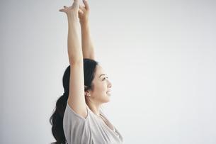 室内で運動する女性の写真素材 [FYI04516605]