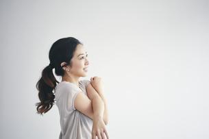 室内で運動する女性の写真素材 [FYI04516606]