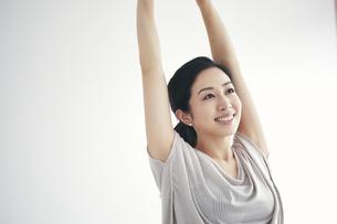 室内で運動する女性の写真素材 [FYI04516608]