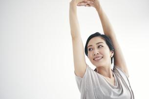 室内で運動する女性の写真素材 [FYI04516609]