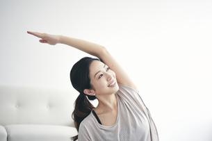 室内で運動する女性の写真素材 [FYI04516610]