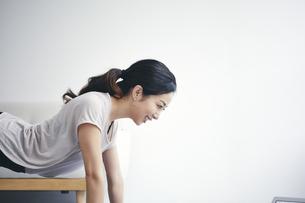 室内で運動する女性の写真素材 [FYI04516612]