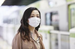 マスクをして歩く女性の写真素材 [FYI04516669]