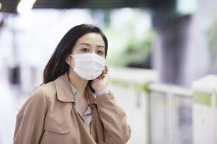 マスクをして歩く女性の写真素材 [FYI04516670]