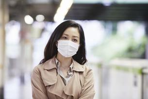 マスクをして歩く女性の写真素材 [FYI04516672]