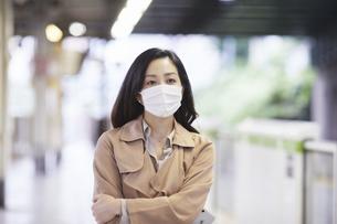 マスクをして歩く女性の写真素材 [FYI04516673]