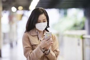 マスクをして歩く女性の写真素材 [FYI04516674]