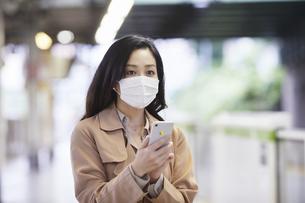 マスクをして歩く女性の写真素材 [FYI04516675]