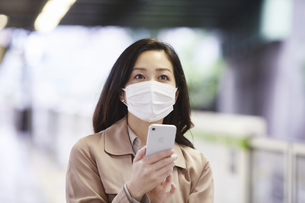 マスクをして歩く女性の写真素材 [FYI04516676]