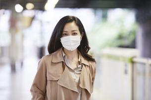 マスクをして歩く女性の写真素材 [FYI04516677]