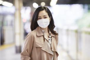 マスクをして歩く女性の写真素材 [FYI04516678]