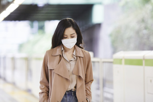 マスクをして歩く女性の写真素材 [FYI04516679]