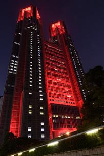 東京アラートの発令に伴い、人々に警戒を呼びかけるために赤くライトアップされた東京都庁の写真素材 [FYI04516755]