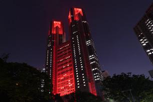 東京アラートの発令に伴い、赤くライトアップされた東京都庁の写真素材 [FYI04516759]