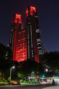 東京アラートの発令に伴い、赤くライトアップされた東京都庁の写真素材 [FYI04516760]