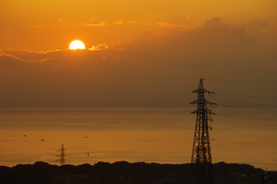 鉄塔と朝日の写真素材 [FYI04516761]
