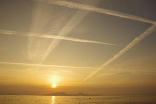 縦横無尽に走る飛行機雲の写真素材 [FYI04516762]