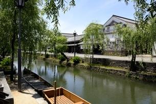 新緑,倉敷美観地区,倉敷川と伝統的建造物の写真素材 [FYI04516948]