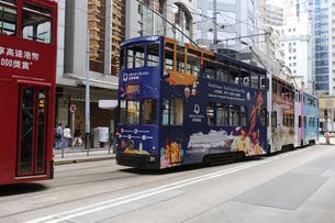 香港の街を行く路面電車トラム。トラムは英国植民地時代から走り続ける香港庶民の足の写真素材 [FYI04516993]