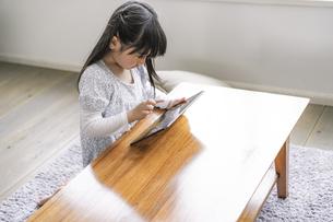 タブレットPCを見る女の子の写真素材 [FYI04517006]