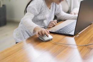 ノートパソコンを操作する女の子の写真素材 [FYI04517010]