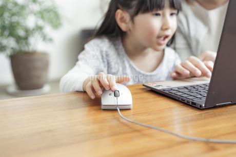 ノートパソコンを操作する女の子の写真素材 [FYI04517015]