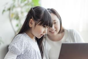 ノートパソコンを見る親子の写真素材 [FYI04517017]