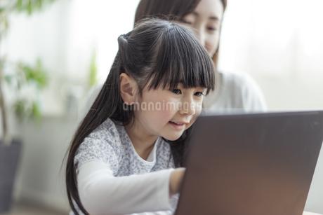 ノートパソコンを見る親子の写真素材 [FYI04517018]