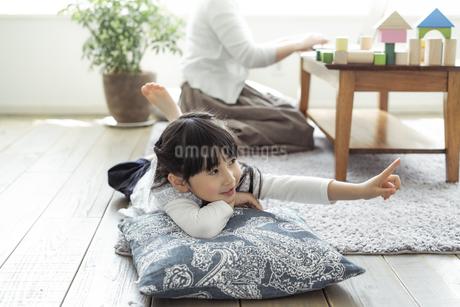 リビングでくつろぐ女の子の写真素材 [FYI04517019]