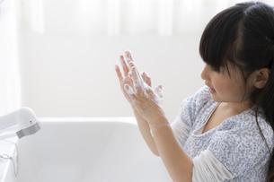 手を洗う女の子の写真素材 [FYI04517030]