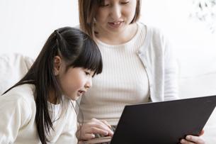 ノートパソコンを見る親子の写真素材 [FYI04517031]
