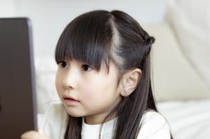 タブレットPCを見る女の子の写真素材 [FYI04517034]