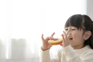 ドーナツを食べる女の子の写真素材 [FYI04517035]
