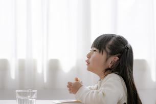 おやつを食べる女の子の写真素材 [FYI04517036]