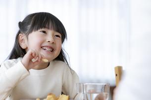 おやつを食べる女の子の写真素材 [FYI04517038]