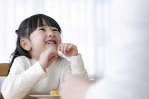 おやつを食べる女の子の写真素材 [FYI04517041]