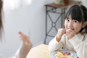 おやつを食べる女の子の写真素材 [FYI04517042]