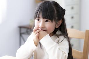 食卓につく女の子の写真素材 [FYI04517043]