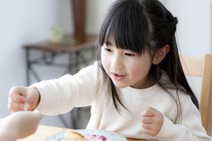 食卓につく女の子の写真素材 [FYI04517045]
