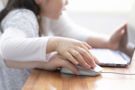 ノートパソコンを見る親子の手元の写真素材 [FYI04517080]