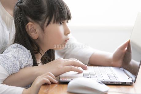 ノートパソコンを見る親子の写真素材 [FYI04517081]