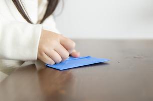 折り紙で遊ぶ子供の手元の写真素材 [FYI04517096]