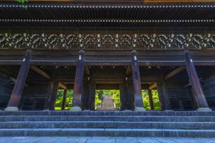 知恩院の三門と新緑の写真素材 [FYI04517242]