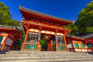 夕日を浴びる八坂神社の西楼門の写真素材 [FYI04517282]