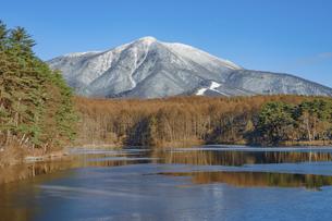 紅葉と結氷した飯綱湖の写真素材 [FYI04517306]