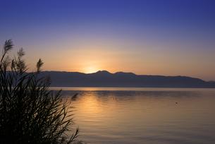 池田湖の夜明けの写真素材 [FYI04517335]