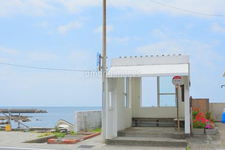 海岸沿いのバス停の写真素材 [FYI04517372]