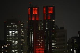 東京都新宿にあるレッドカラーにライトアップされた都庁 東京アラート  Tokyo metropolitan government の写真素材 [FYI04517512]