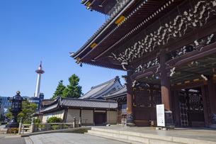 東本願寺の御影堂門と京都タワーの写真素材 [FYI04517604]
